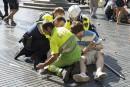 Un policier et deux hommes viennent en aide à une...   17 août 2017