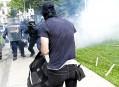 Les policiers anti-émeute ont répliqué lorsque des manifestants ont lancé... | 20 août 2017
