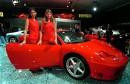 Deux hôtesses posent à côté d'une Ferrari 360 Modena lors... | 8 septembre 2017