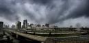 Les nuages se montraient menaçants dimanche après-midi au-dessus du centre-ville... | 10 septembre 2017