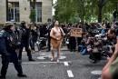Un homme nu joue de la guitare devant les policiers... | 12 septembre 2017