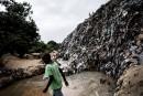 Un garçon marche à travers une rivière souillée de déchets... | 12 septembre 2017