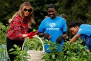 Melania Trump jardine à la Maison-Blanche, comme Michelle Obama