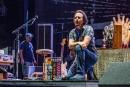 Eddie Vedder etd'autres posent un genou au sol