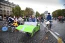 Un enfant pédale sur son véo décoré d'une carrosserie de... | 2 octobre 2017