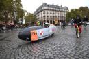 Un homme roule sur la Place de la Bastille au... | 2 octobre 2017