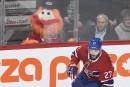 La mascotte du Canadien Youppi! regarde attentivement Alex Galchenyuk lors... | 9 novembre 2017