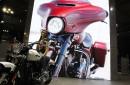 Une hôtesse assise sur cette Harley Davidson.... | 15 novembre 2017