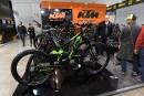 Des visiteurs examinent le nouveau vélo de montagne électriquement assisté... | 15 novembre 2017