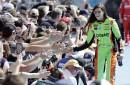 Danica Patrick salue ses fans durant la présentation des pilotes... | 17 novembre 2017