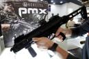 Un visiteur tient la mitraillette Beretta PMX 9 mm dévoilée... | 24 novembre 2017