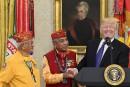 Trump fait une blague sur Pocahontas en recevant des Amérindiens