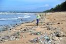 À Bali, un océan de déchets envahit les plages