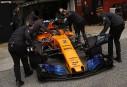 Des mécanos vêtus chaudement poussent la McLaren du Belge Stoffel... | 27 février 2018
