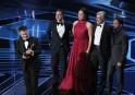 Le réalisateur chilienSebastián Lelio tient l'Oscar du meilleur film en... | 4 mars 2018
