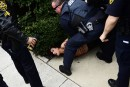Une manifestante seins nus surprend Bill Cosby