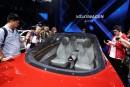 Des journalistes examinent le prototype électrique et autonome Volkswagen I.D.... | 24 avril 2018
