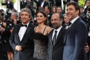 TOPSHOT - (From L) Argentinian actor Ricardo Darin, Spanish actress Penelope Cruz, Iranian director Asghar Farhadiand Spanish actor Javier Bardem pose as they arrive on May 8, 2018 for the screening of the film