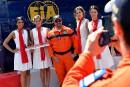 Un commissaire de piste pose avec des grid girls non...   25 mai 2018