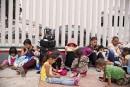 Des enfants en pleurs bondent les abrisaméricains