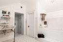 Le look de la salle de bain rappelle les salles... | 26 juin 2018