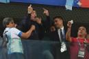 Maradona, entre danse et doigts d'honneur