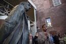 La statue de John A. Macdonald est enlevée à l'hôtel de ville de Victoria<strong></strong>