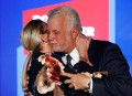 Philippe Couillard embrasse sa femme Suzanne Pilote lors de son... | 1 octobre 2018