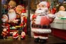 Qu'arrive-t-il aux décorations de Noël quand leur étoile a pâli? Les plus chanceuses sont offertes sur des sites de revente ou dans des friperies, des marchés aux puces et des bazars.