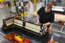 GM coupe 50 postes à son usine de batteries au lithium