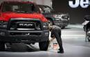 Un employé applique un produit lustrant sur les pneus de... | 21 janvier 2019