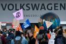 Les manifestants écologistes encerclent l'assemblée générale de Volkswagen