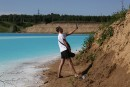 Un lac pollué à la couleur irréelle devenu attraction
