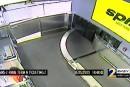 Un enfant teste le convoyeur à bagages de l'aéroport d'Atlanta