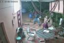 Des personnes âgées repoussent des voleurs armés de machettes