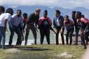 Cheveux au vent, l'étape caritative de Harry et Meghan sur une plage du Cap