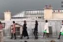 Une intruse au défilé Chanel écartée par le mannequin Gigi Hadid