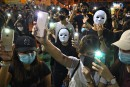 Hong Kong: l'interdiction de porter un masque défiée par des manifestants