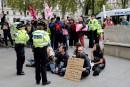 Des écologistes face à une foule en colère dans le métro de Londres
