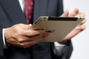 Concessionnaires automobiles: les vendeurs passent de l'étiquette à la tablette