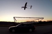 Un drone se pose sur une voiture à 75 km/h