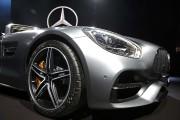 Du métal brillant et des paillettes au Salon de l'auto de Los Angeles