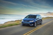 Chrysler rend sa Pacifica hybride plus abordable