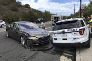 Après les camions de pompiers, une auto de police : un autre accident de Tesla