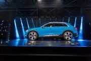 L'Audi e-tron de série pèse 2940 kg et fait le 0-100 km/h en 5,7 secondes.