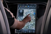 Jaguar tourne le dos aux gros écranstactiles de Tesla