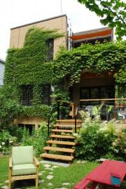 La cour arrière révèle une oasis de verdure... - image 1.0