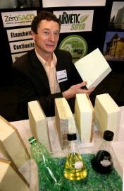 François Lalande, de DEMILEC, présente des échantillons de... (Photo Martin Martel, Le Soleil) - image 1.0