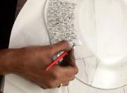 L'assistante de Mme Janvier peint un motif à... (Photo AFP) - image 1.0