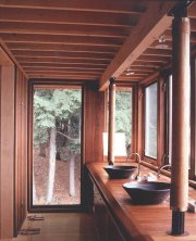 Salle de bains dans le hangar à bateaux... (Photo tirée du livre Architecture Canada 04) - image 1.0